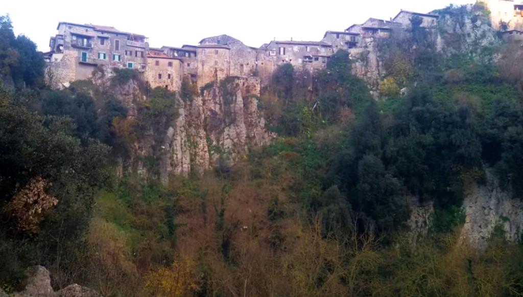Artena e le sue case arroccate sul costone calcareo alle falde dei Monti Lepini