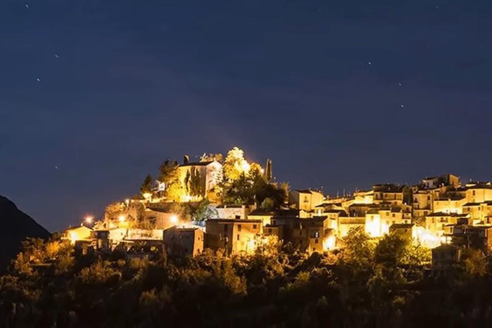 Vista notturna del borgo medievale di Jenne illuminato