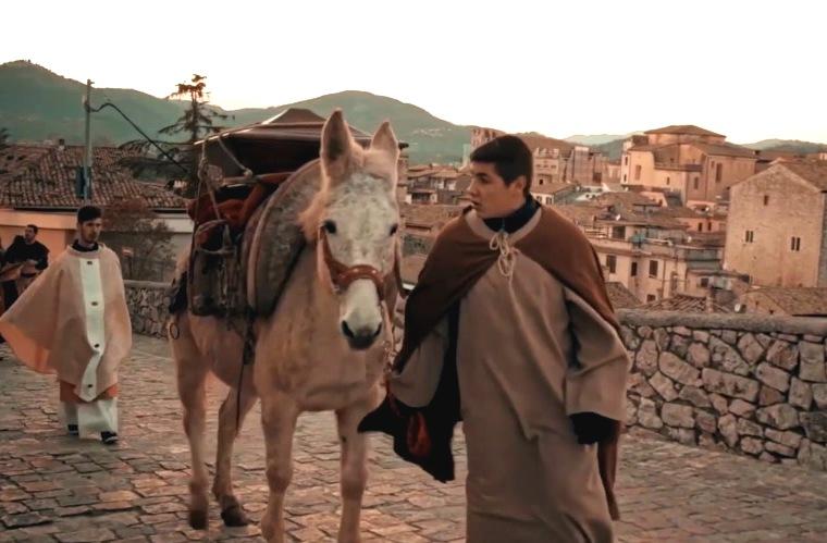 Scena della rievocazione storica intitolata Sulle orme della Mula, estratta dal video di Claudio Tofani del 2019. La mula viene condotta lungo le vie di Alatri.