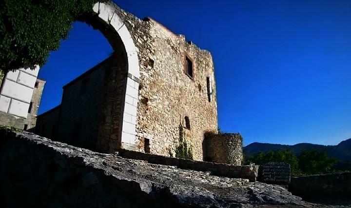Borgo fantasma di Antuni, arco in pietra  di accesso al castrum medievale