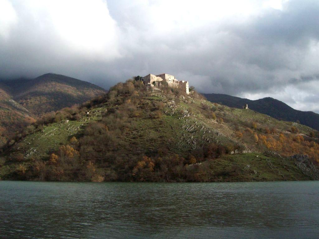 Vista del borgo fantasma di Antuni, dal Lago del Turano.