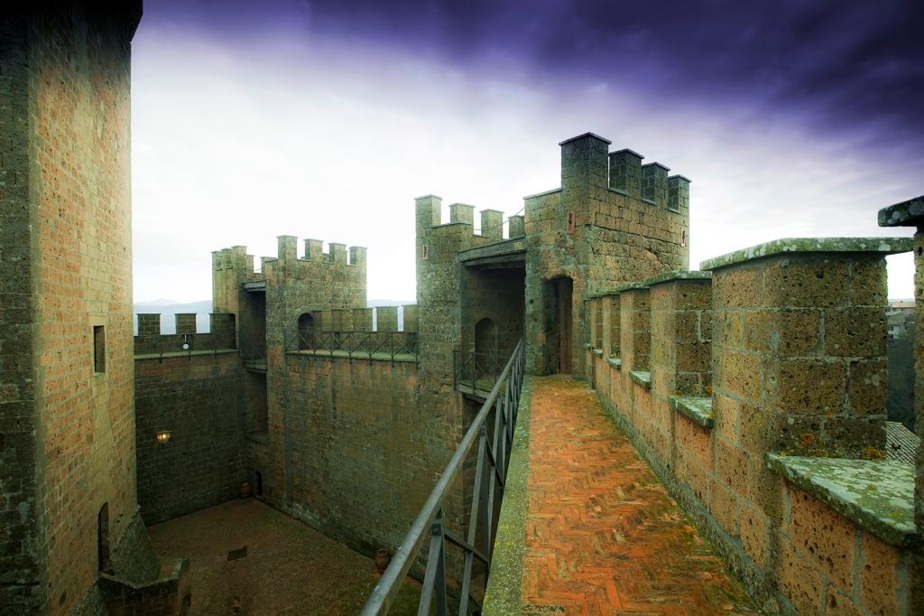 Il Castello di Proceno, vista del camminamento di ronda e delle due torri minori merlate