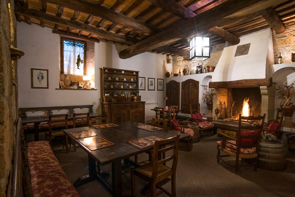 Castello di Proceno, l'Osteria, il ristorante all'interno del Castello, con il camino acceso