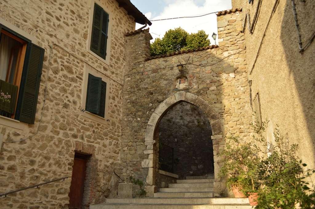 Affile, patria del vino Cesanese, è uno dei borghi più belli e antichi d'Italia. Nell'immagine, Porta Santa Croce, uno degli accessi al borgo di epoca medievale.