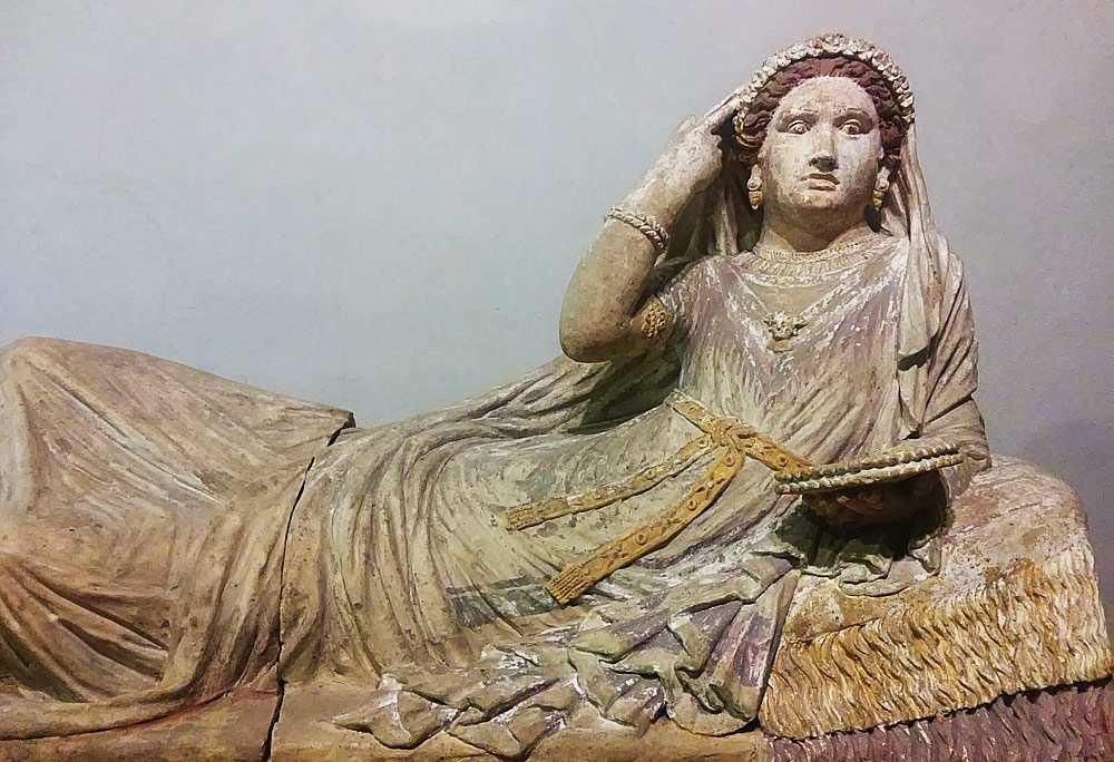 Statua di donna etrusca esposta al Museo Archeologico Nazionale di Firenze
