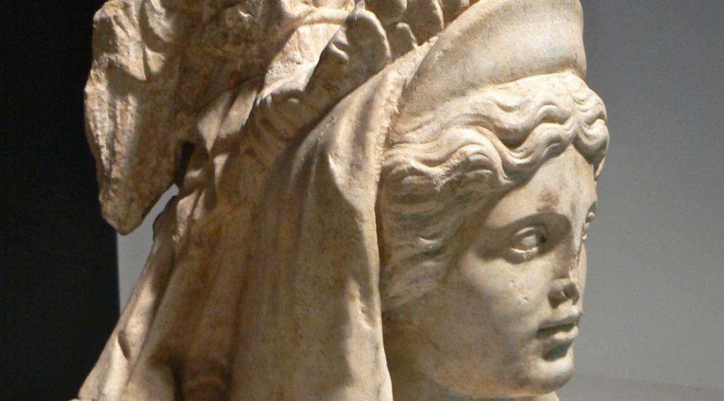 Statua della Dea Giunone Lucina, esposta ai Musei Capitolini di Roma. A questa divinità erano dedicati i Matronalia