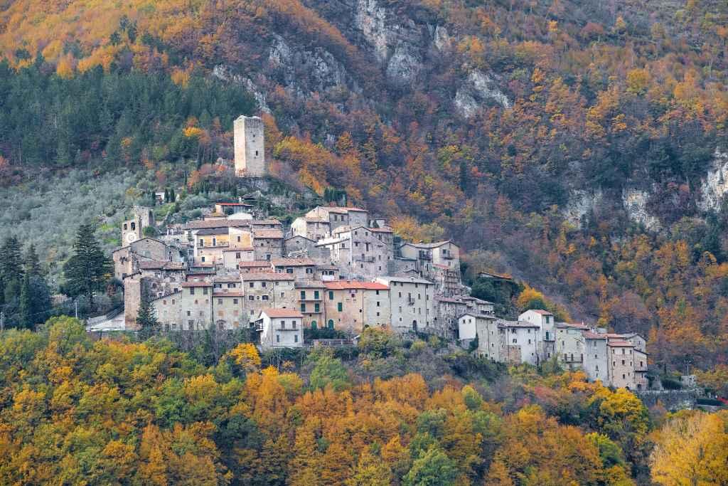 Vista del borgo di Castel Sant'Angelo, borgo medievale in provincia di Rieti, affacciato sulla Piana di San Vittorino.