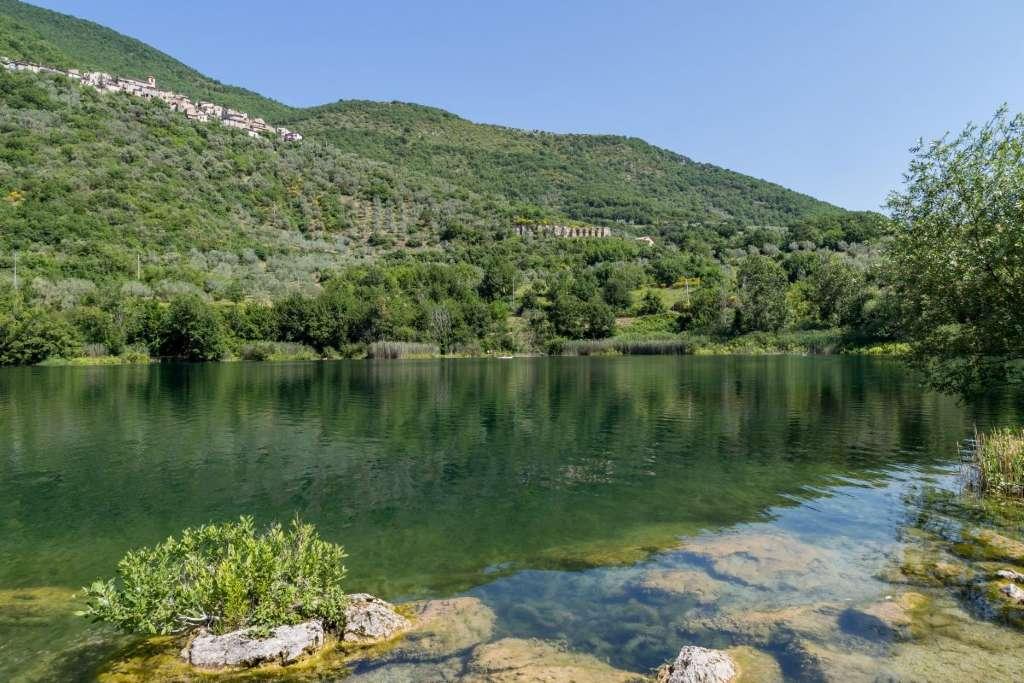 Vista del Lago di Paterno, nel territorio di Castel Sant'Angelo, immerso nella natura rigogliosa della valle del Velino.