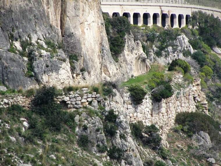 Alcuni tratti dell'antica via Flacca sono ancora visibili dal mare, da dove si avvistano gli antichi muri di sostegno al tracciato.