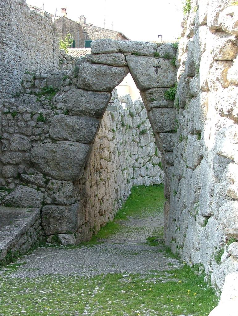 Arpino - Mura Poligonali e Arco a sesto acuto
