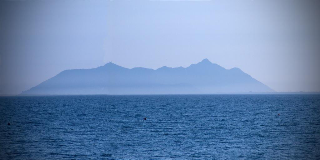 Vista del Monte Circeo dal mare, da dove appare come se fosse un'isola.