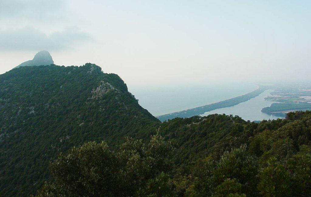 Vetta del Monte Circeo e vista del litorale nord sul lago e sulla spiaggia di Sabaudia