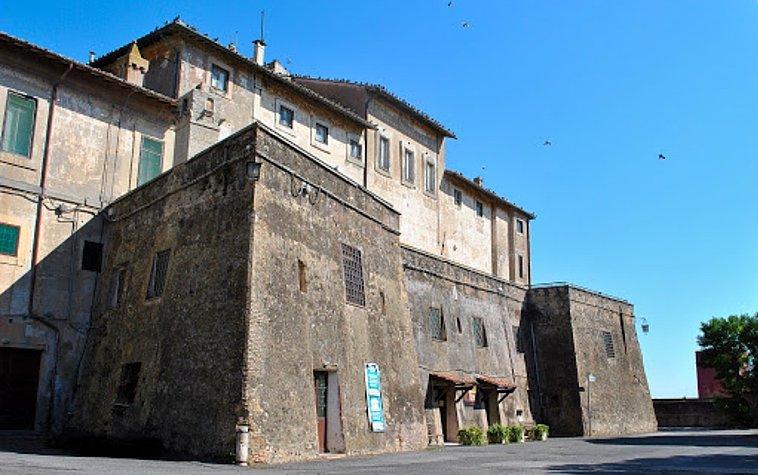 """Castello di San Giorgio, a Maccarese. Vista degli antichi bastioni, uno dei set del film di Carlo Verdone """"Bianco, rosso e Verdone"""" (1981)."""