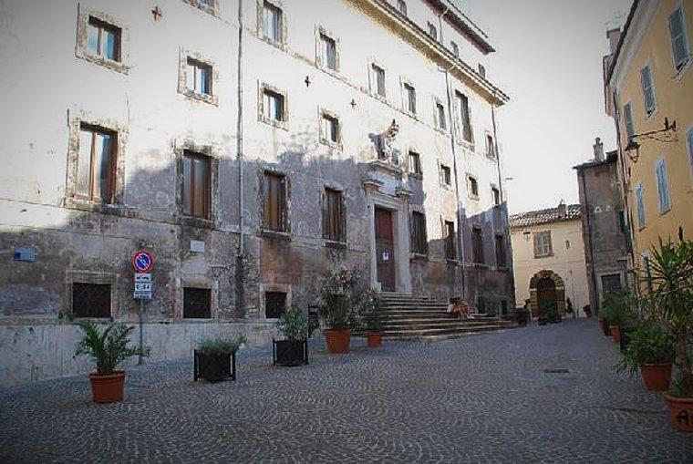 """Piazza del Seminario e Palazzo del Seminario, a Tivoli, uno dei set del film di Carlo Verdone """"Bianco, rosso e Verdone"""" (1981)."""