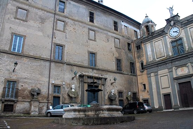 """Piazza Umberto I a Bassano Romano, set del film di Carlo Verdone, """"Bianco, rosso e Verdone"""" (1981)."""