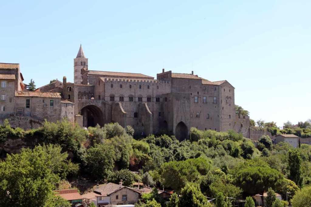 Vista del Colle del Duomo dalla valle del Faul, Vietrbo. In primo piano il Palazzo papale e in fondo il campanile della Cattedrale di San Lorenzo.