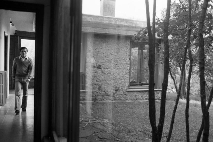 Pier Paolo Pasolini nella sua residenza a Torre Chia - Credits polytroponmagazine.com