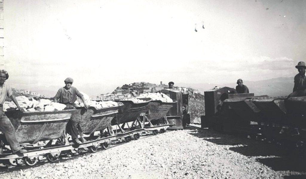 Minatori e operai impegnati nelle operazioni di scavo delle gallerie del Monte Soratte, tra il 1939 ed il 1943