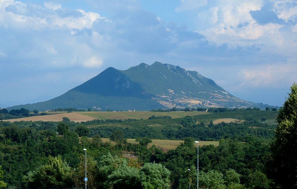 Vista del Monte Soratte, un massiccio calcareo che si erge isolato nella pianura della campagna romana, dominando la vallle del Tevere