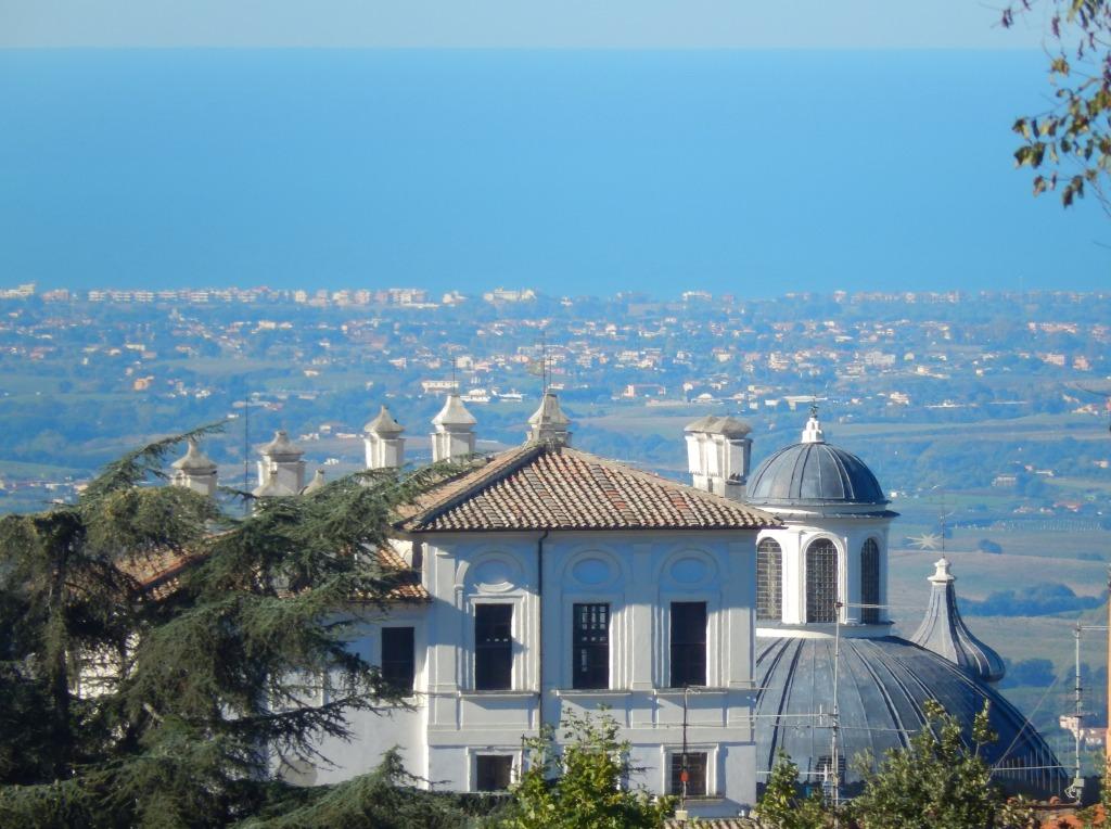 Ariccia - Palazzo Chigi e cupola della Collegiata S. Maria Assunta, sullo sfondo il litorale laziale