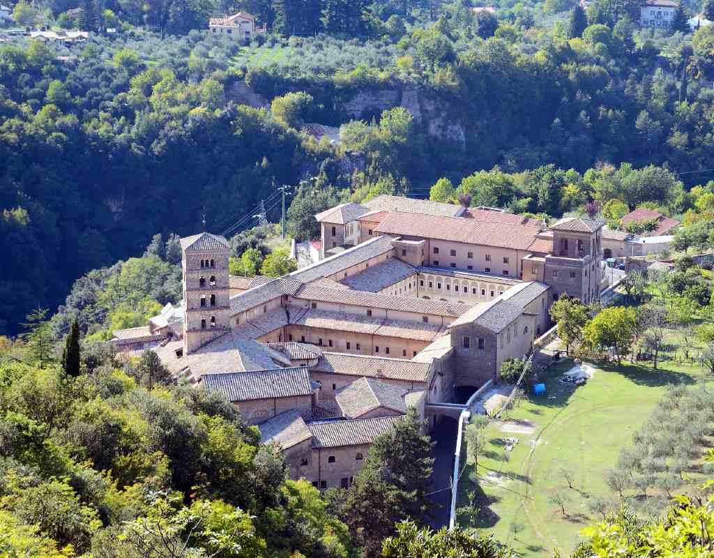 Il complesso del Monastero di Santa Scolastica di Subiaco, visto dall'alto. Si distinguino due dei tre chiostri costruiti nel corso dei secolo ed il campanile romanico della Cattedrale