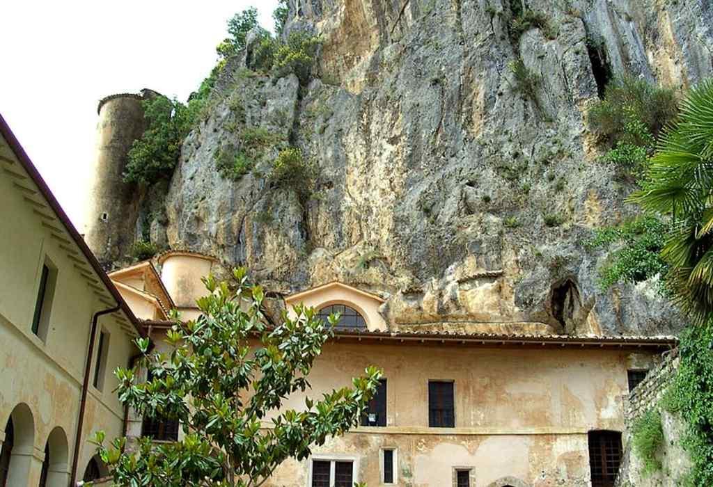 Vista parziale del Cortile dei Corvi nel Monastero del Sacro Speco di San Benedetto a Subiaco.