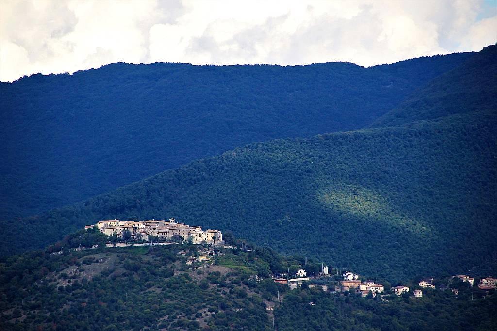 Vista di Montasola dalla Montagnola di Torri. Il borgo è arroccato a circa 600 metri di altezza sul cucuzzolo del Monte San Pietro, in alta Sabina.
