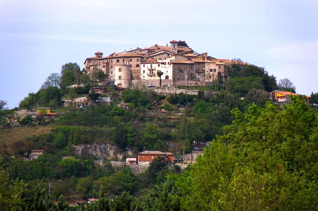 Montasola, borgo della Sabina, in provincia di Rieti, vista dalla strada che sale al borgo.