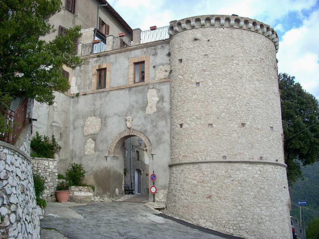 Montasola e la sua Porta Urbica, l'unica delle 16 torri medievali che circondavano il Castrum, rimasta in piedi. La Porta segna l'ingresso al borgo sabino.
