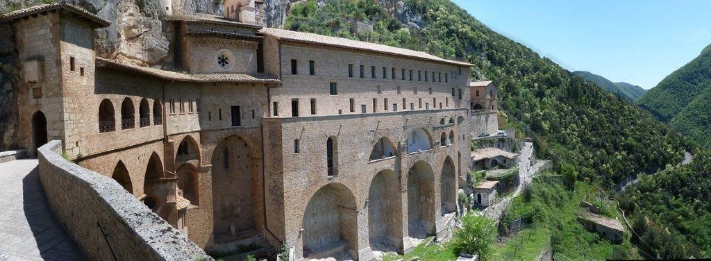 Vista laterale del Sacro Speco di San Benedetto a Subiaco. Il monastero, costruito su due livelli distinti, è addossato alla roccia del Monte Taleo e si affaccia sulla valle sottostante.