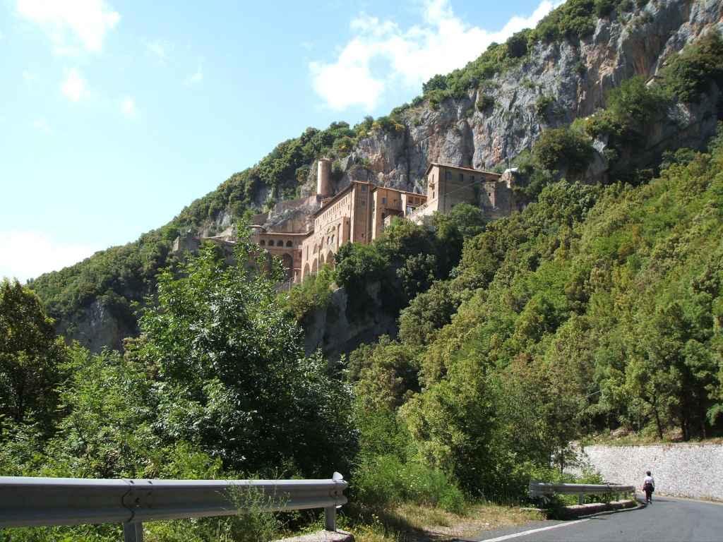 Un tratto della via dei Monasteri a Subiaco, nel punto di arrivo al Sacro Speco di San Benedetto, arroccato sulle pendici del Monte Taleo nei Monti Simbruini.