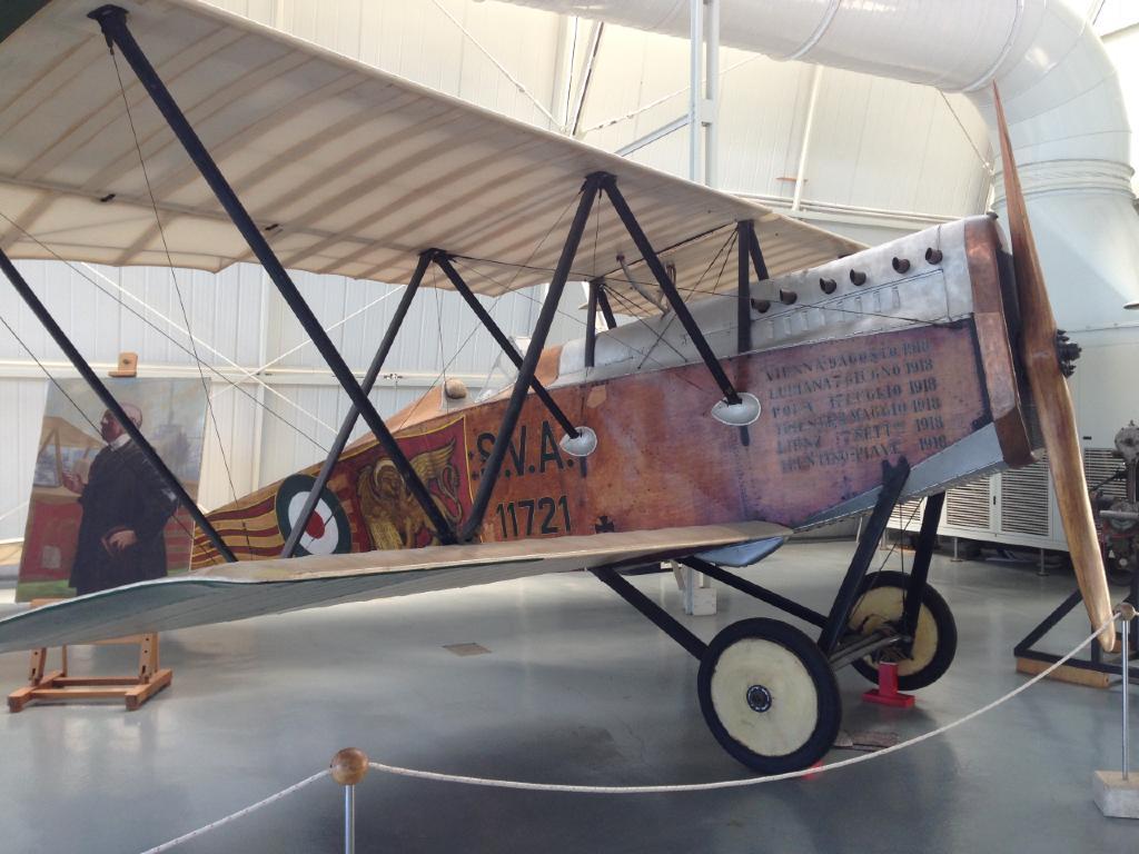 Dettaglio dello Spad S. VII, esposto nell'Hangar Troster del Museo di Vigna di Valle. Il velivolo fu utilizzato dall'Asso dell'aviazione italiana, Francesco Baracca, per il suo ultimo volo prima di morire