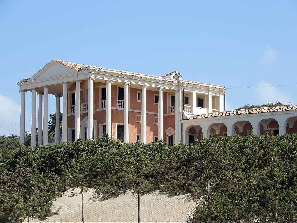 Vista di Villa Volpi, costruita sulle dune della spiaggia di Sabaudia. E' la villa più monumentale e sontuosa tra le ville dei vip che si affacciano sulla spiaggia di Sabaudia