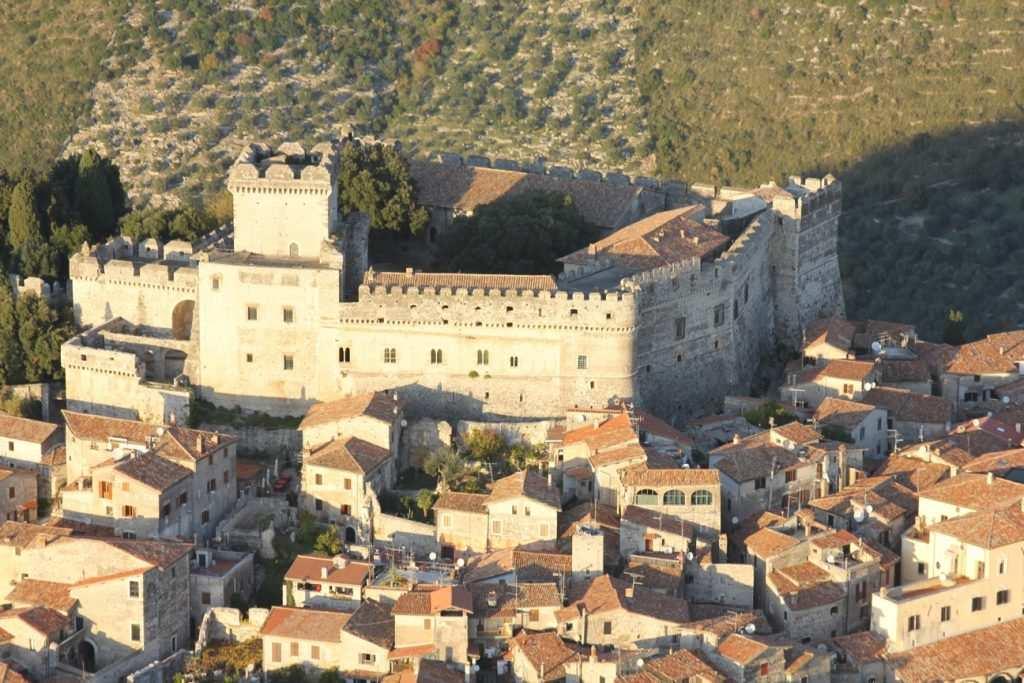 Castello di Sermoneta: vista dall'alto sul castello e sul borgo di Sermoneta che si sviluppa intorno alle mura. Dal Castello emerge la torre, detta Mastio, dove risiedevano i Caetani.