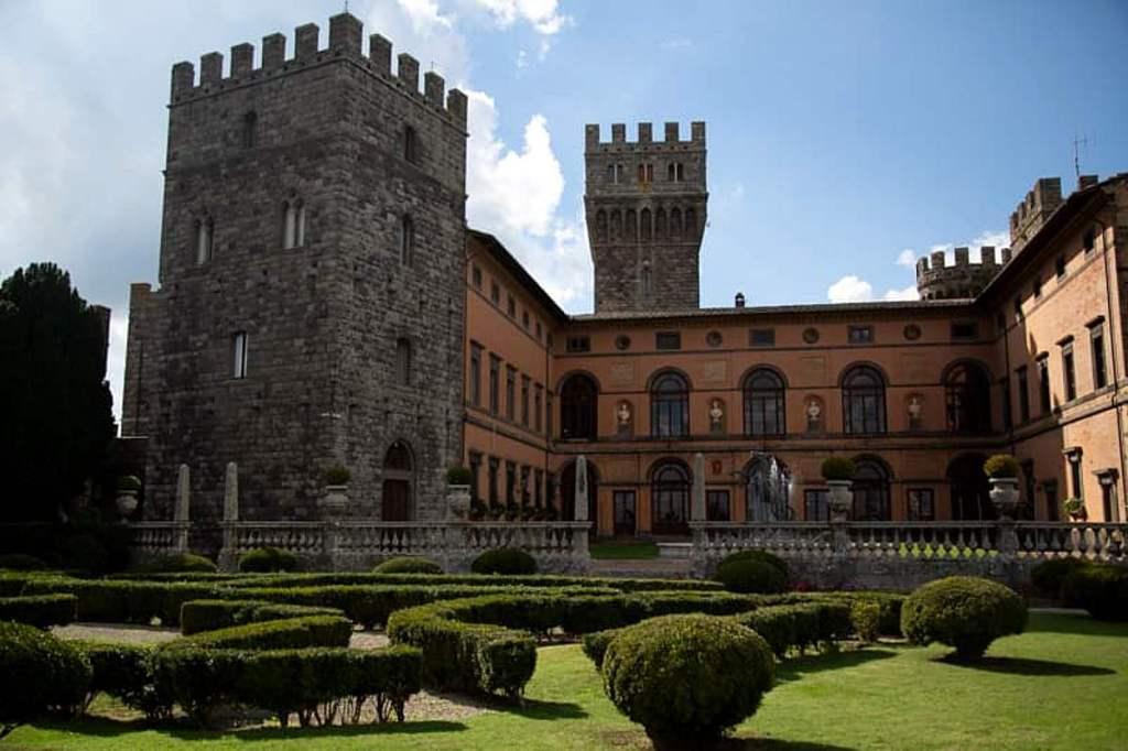 Il Castello di Torre Alfina, vista della torre primitiva di origine longobarda e del cortile rinascimentale. In primo piano il giardino realizzato nei primi anni del Novecento.