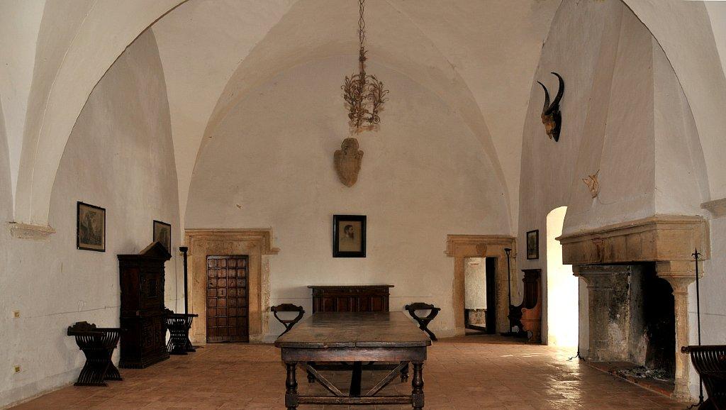 Castello Caetani di Sermonata, vista interna della Sala dei Baroni, costruita dai Caetani nel XV secolo. E' visibile uno degli tre archi a sesto acuto che dividevano la sala in quattro campate.