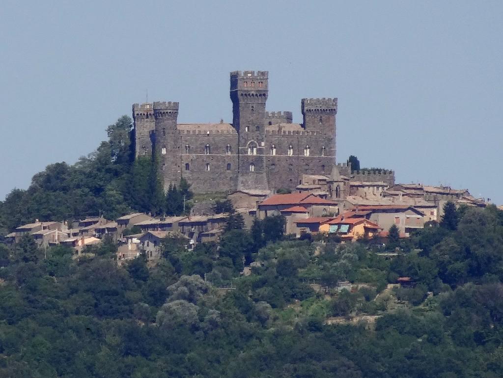 Torre Alfina e il suo Castello che domina il borgo, arroccato su di una collina immersa in un bosco.