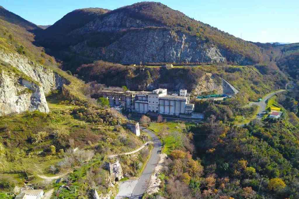 """Vista aerea di una parte del territorio del Parco dei Monti Lucretili, tra Marcellina e San Polo dei Cavalieri, dove si trova l'ex cava CIDI, riqualificata con l'intervento di land art """"La Miniera d'Oro""""."""