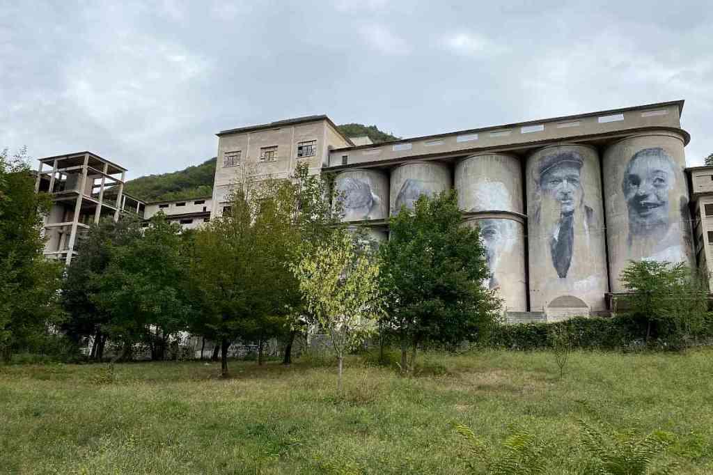 """Vista del  Cementificio dell'ex Cava CIDI di Marcellina, riqualificato con l'intervento di Land Art """"Facce di Pietra"""", facente parte del progetto """"La Miniera d'Oro""""."""