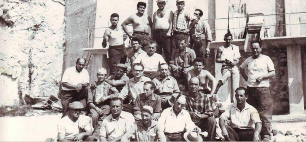 Immagine di gruppo degli operai della ex Cava CIDI di Marcellina. Alcuni operai posano davanti alla cava di pietre calcaree da cui si produceva il cemento